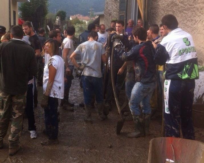 Un gruppo di giovani all'opera nel paese di Ronco Scrivia