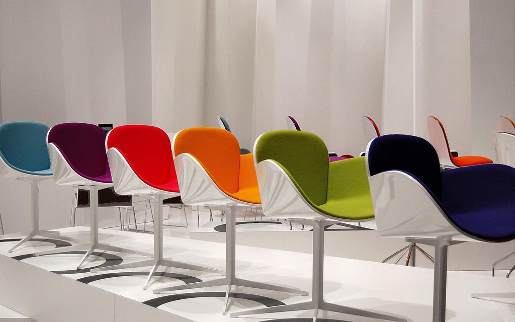 Un'esposizione scenografica che mostra tutti i colori presenti in catalogo di un tipo di sedia al Salone 2009 - [foto di Lord Brummel]