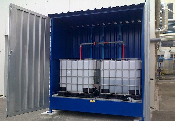 Il container dove sono stoccate le cisternette contenenti le acque sporche