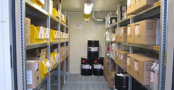 I sistemi di scaffalatura integrati sfruttano lo spazio in maniera ottimale e offrono superficie sufficiente per la sistemazione di piccole confezioni
